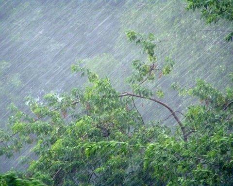 """З'явилися кадри наслідків потужної зливи у Рівному, яке """"перетворилося"""" на Венецію"""