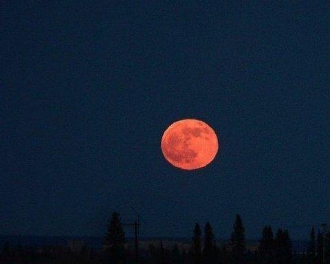 """У мережі показали неймовірні фото """"Кривавого Місяця"""" над Одесою"""