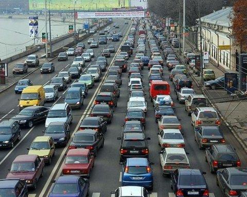 Київ завмер у затяжних заторах через негоду: де не проїхати