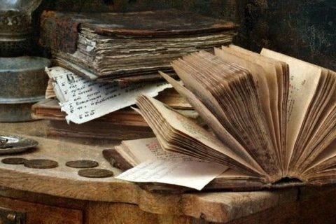 Кучу денег припрятали в священных книгах: раскрыты детали