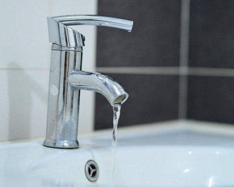 Украинцев предупредили, чтобы не пили воду из-под крана: это преступление