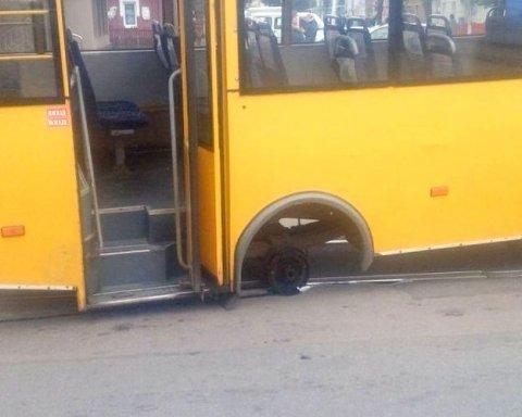 У Києві маршрутка почала розвалюватися на ходу: пасажири врятувалися дивом