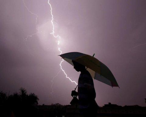 Непогода «атаковала» Украину: тысячи людей остались без света