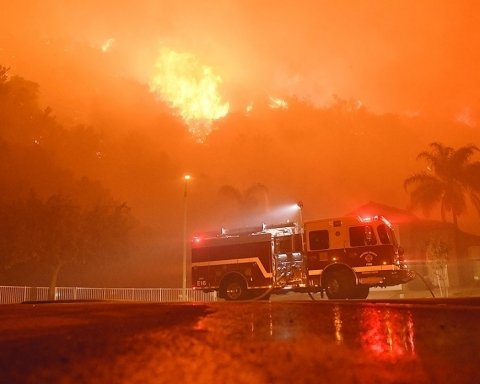 Десятки тисяч людей терміново евакуюють через масштабні пожежі
