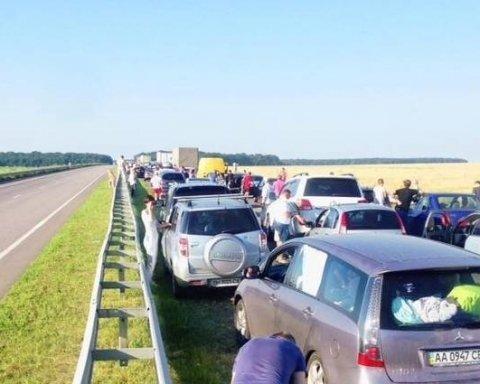 Обурені мешканці перекрили трасу під Одесою: що відбувається