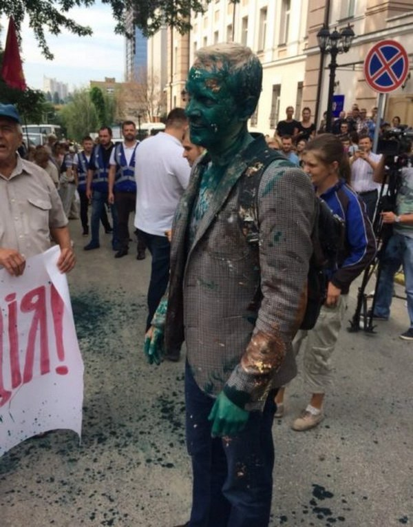 """Під вікнами голови САП Холодницького влаштували """"бунт"""", є постраждалий"""