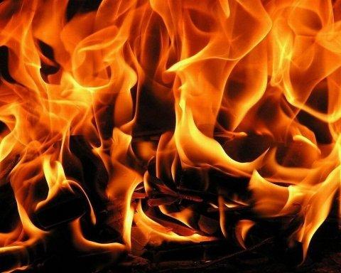В центре Киева сгорел Porsche Panamera: очевидцы показали видео