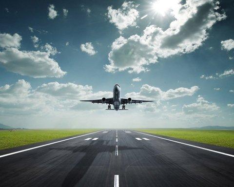 Усі рейси скасовано: в аеропорту сталася НП,  тріснула злітна смуга