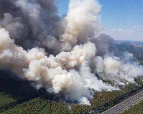 Декілька трас перекрили через масштабну пожежу: ціле село можуть евакуювати