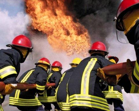 Під Харковом спалахнула масштабна пожежа: горить завод
