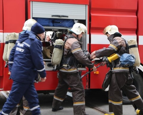 В Киеве вспыхнул пожар в многоэтажке: фото и первые подробности