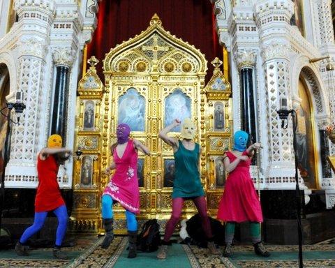 Солісткам Pussy Riot «заплатять» за виступ у церкві