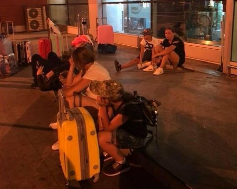 Украинские туристы застряли в грузинском аэропорту: среди них дети и травмированные