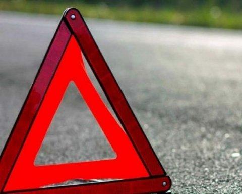 Смертельное ДТП под Полтавой: авто влетело в остановку, есть погибший