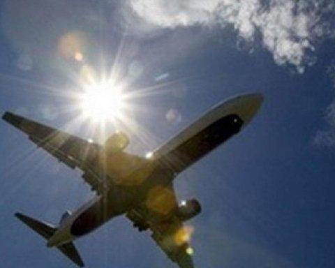 У Франції літак протаранив будівлю аеропорту: момент потрапив на відео