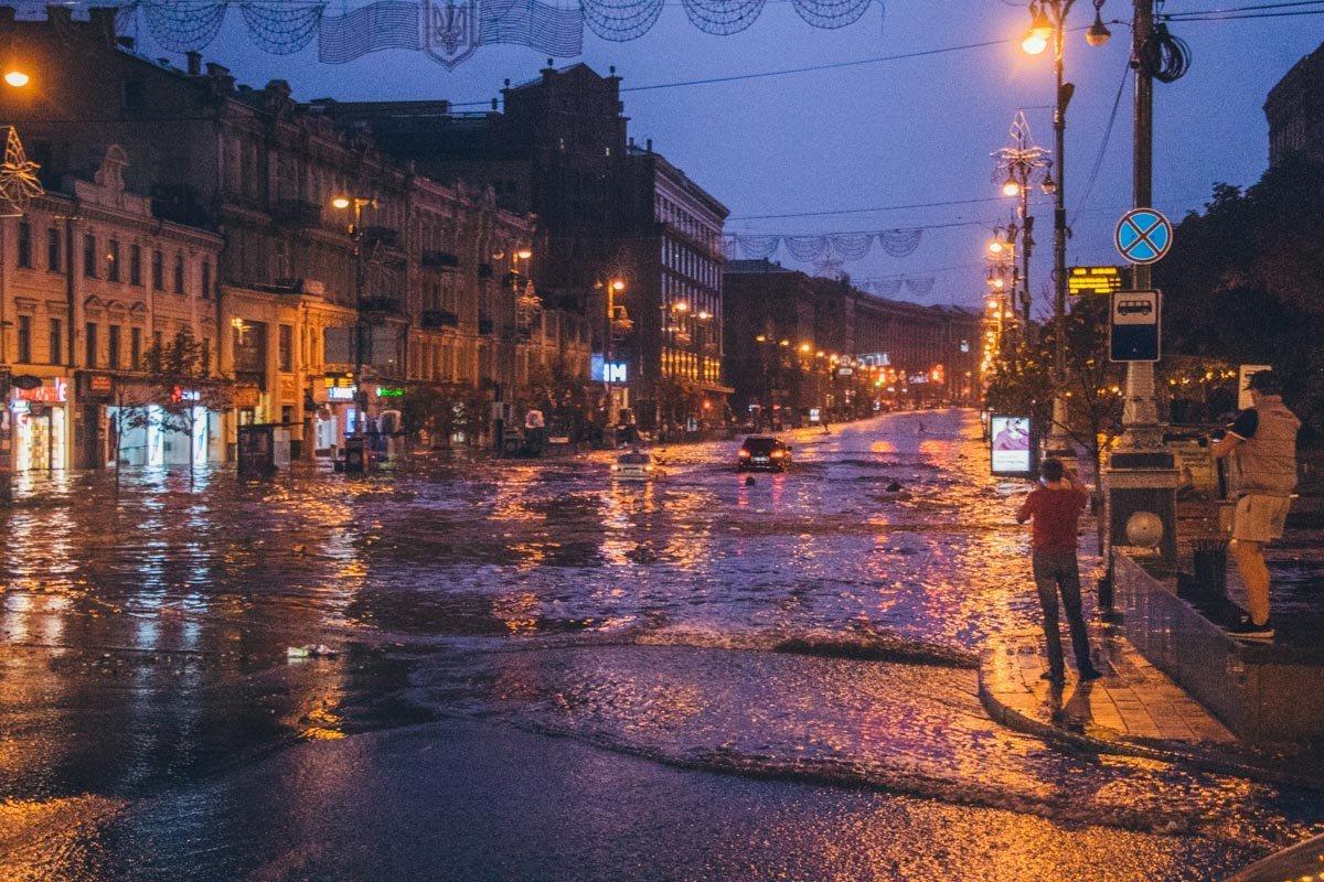 Мощный ливень накрыл Киев: в сети появились кадры непогоды