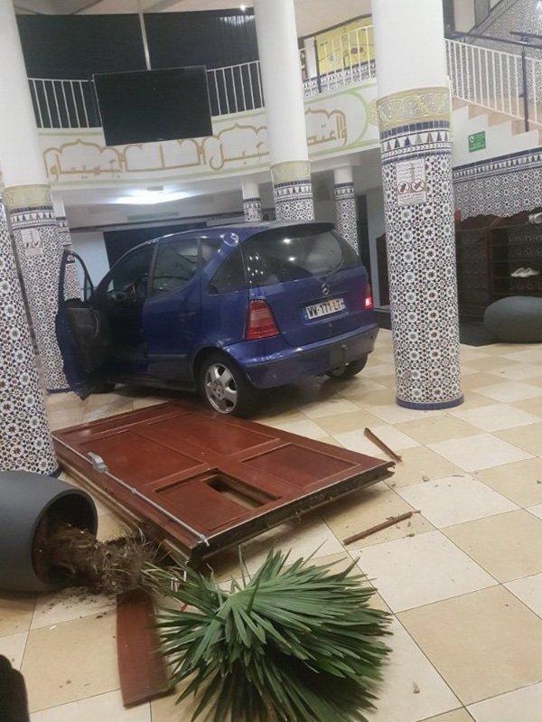Ранее судимый водитель протаранил двери мечети и скрылся с места