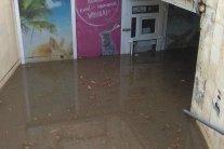 Львів затопила потужна злива: городяни пересуваються на човнах