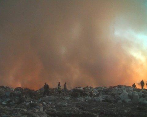 В Балаклее на Харьковщине снова крупный пожар: на этот раз горит свалка