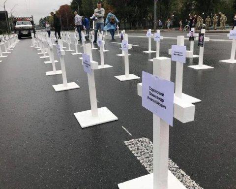 """Іловайський котел: під посольством Росії поставили хрести та """"спалили Путіна"""""""