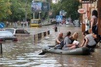 """Зливи у Львові: """"Дід Мазай"""" на човні рятував людей від повені"""