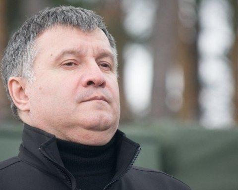 Поки в Україні вбивають активістів, міністр Аваков відпочиває у Європі: показові кадри