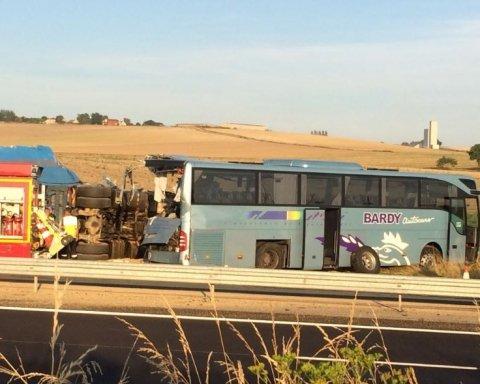 В автобус с детьми влетела фура, много пострадавших