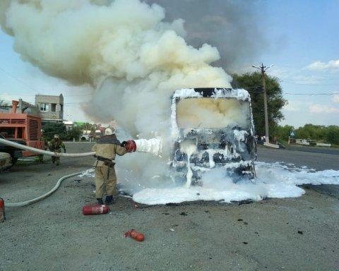Вантажівка спалахнула посеред траси під Дніпром