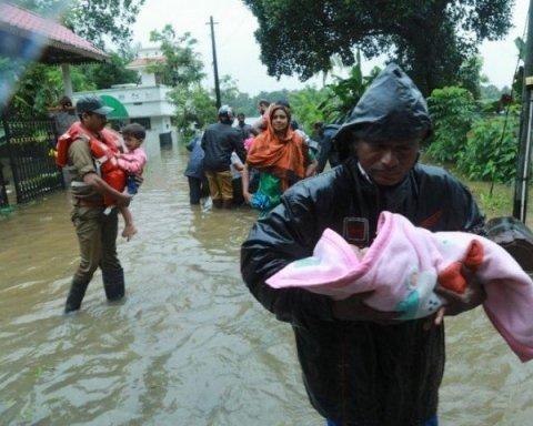 Аномальное наводнение в Индии убило больше сотни человек, тысячи пострадали: фото последствий