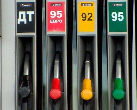 Вместе с долларом: в Украине стремительно подорожал бензин
