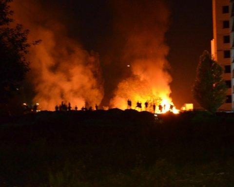 """Конфлікт активістів та """"тітушок"""" переріс у масштабну пожежу під Києвом"""