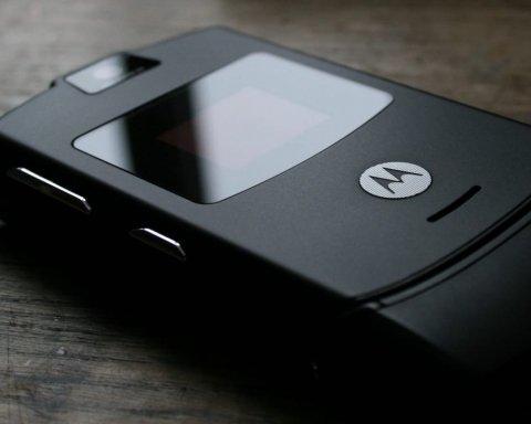 """Motorola відродить легендарну """"розкладачку"""" RAZR V3"""