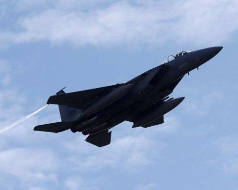 Над столицей заметили истребители и военные самолеты