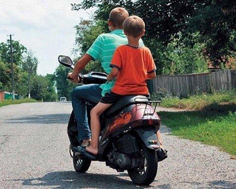 Неповнолітній байкер збив мати з немовлям та втік з місця ДТП