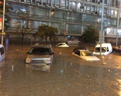 Затоплены авто и реки мусора: киевляне потрясены последствиями мощного ливня