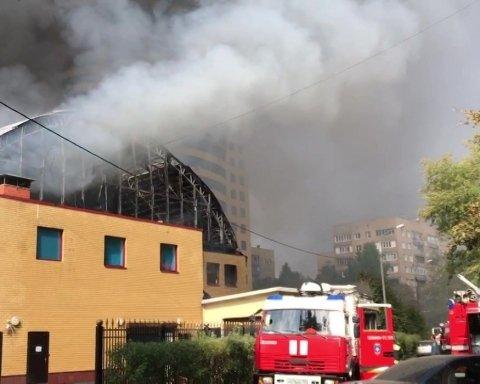 Все горит, а мы заблокированы: под Москвой вспыхнул спортивный клуб