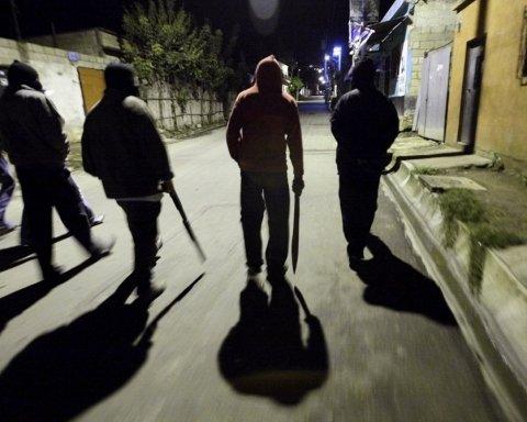 Всего лишь сделали замечание: двое россиян едва не убили жителей Киевщины