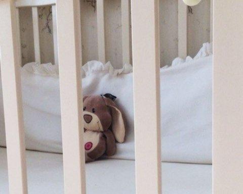 Медикам подбросили новорожденного в картонной коробке, на его теле нет «живого» места после побоев