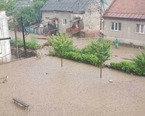 Сильные ливни накрыли Рахов: фото и видео затопленного города