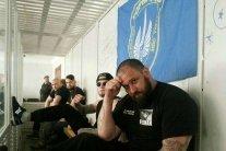 Оружие, элитный алкоголь и нацистский флаг: правоохранители обыскали камеры «торнадивцев» в Лукьяновском СИЗО