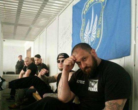 """Зброя, елітний алкоголь та нацистський прапор: правоохоронці обшукали камери """"торнадівців"""" у Лук'янівському СІЗО"""