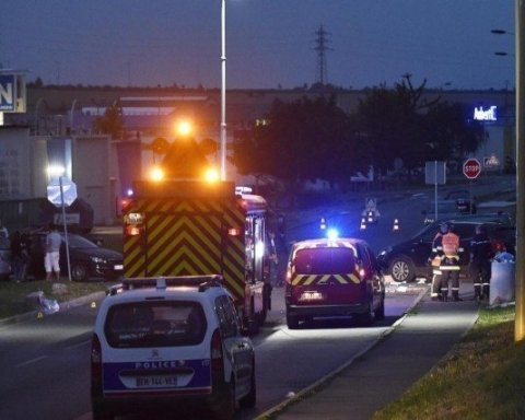 Во Франции автомобиль въехал в толпу людей возле клуба: пострадавшие в тяжелом состоянии