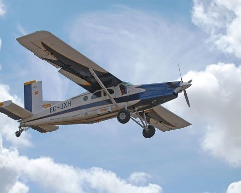 В США самолет упал на жилой дом, есть погибшие