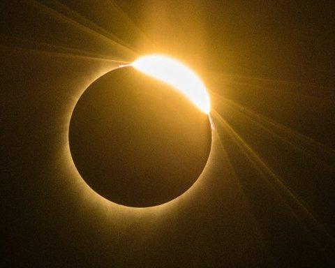 Опубліковано видовищні фото сонячного затемнення з різних куточків планети