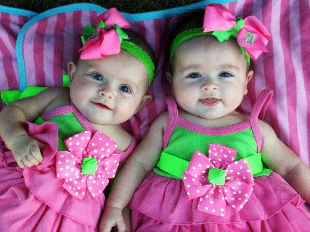 Одинаковые только внешне: в Киеве установили рекорд среди близнецов