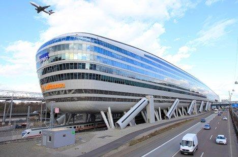 Крупнейший аэропорт страны срочно эвакуировали: на месте много полиции, идет проверка