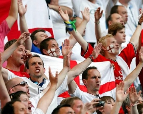 Футбольным фанатам вместо матча показали эротику, присутствовали даже дети
