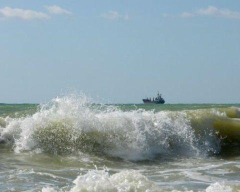 Опасный отдых: украинца смыло в море в Одессе, спасти не удалось