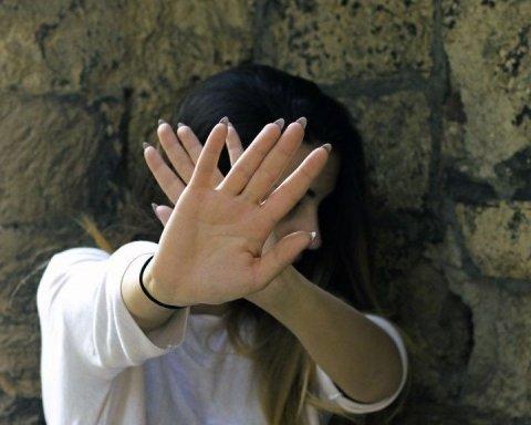 Неповнолітню дівчину вкрали та зґвалтували під Києвом
