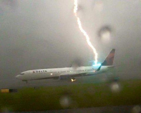 В російський літак влучила блискавка під час польоту: подробиці